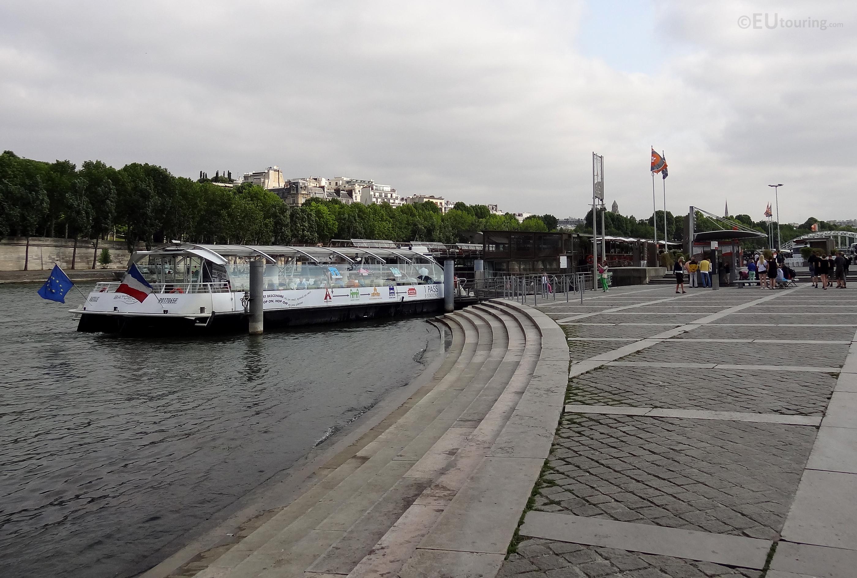 Batobus along Port de la Bourdonnais