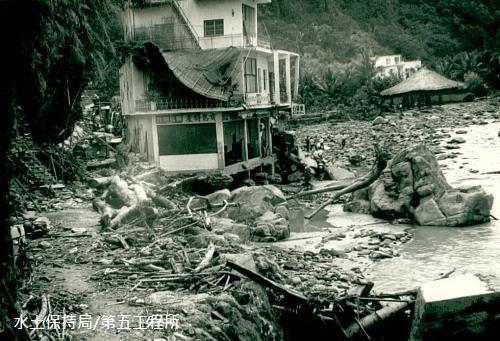 1973年的娜拉颱風,知本溫泉地區商店遭沖毀(水退後)。 這張照片的位置,就在後來的金帥飯店旁邊。 歷史總是重複發生,而歷史照片正是見証事實的明鏡。資料來源:水土保持局第五工程所。