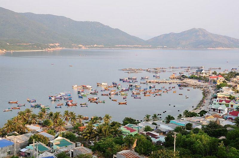 Một góc đảo xinh đẹp với các ngôi nhà nằm san sát nhau và hướng ra phía biển. Ảnh: FB Du Lịch Đảo Bình Hưng