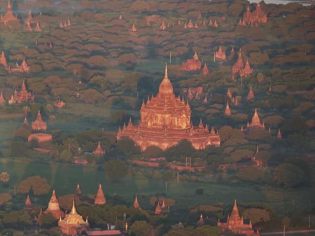 Templos de Bagan a vista de globo aerostático (Myanmar)