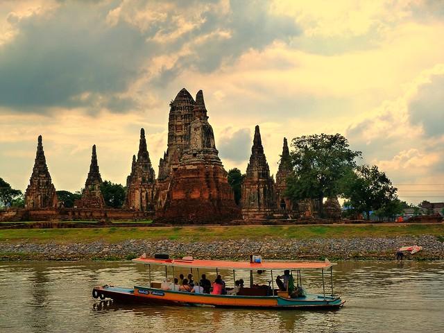 Templo Wat Chaiwatthanaram desde el barco Thanatharee (Ayutthaya, Tailandia)