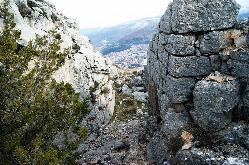 Скалы и фрагмент укрепления