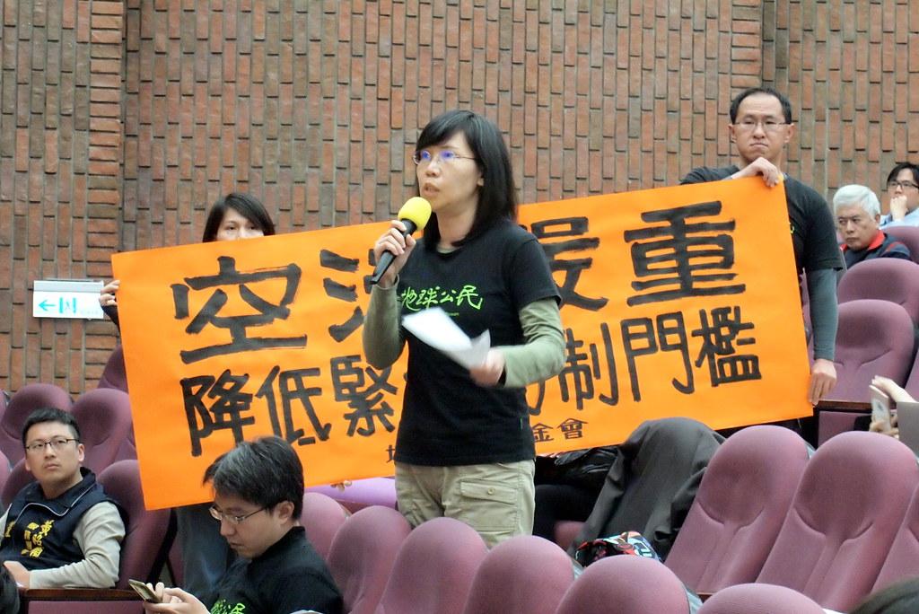 地球公民基金會發表聲明要求下修啟動門檻,副執行長王敏玲也質疑市府面對空污管制資訊不公開,缺乏民眾監督機制。攝影:李育琴。