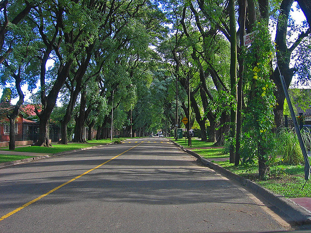 Toma de oto o en una avenida de ciudad jard n el palomar for Alquileres en ciudad jardin el palomar