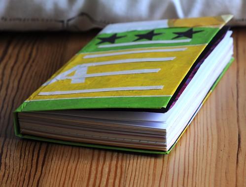 buchbinden: ein gelb-grünes selbstgebundenes Notizbuch