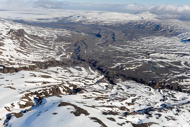 Espectacular cañón visto desde el aire en Islandia mientras es rodeado de hielo y nieve