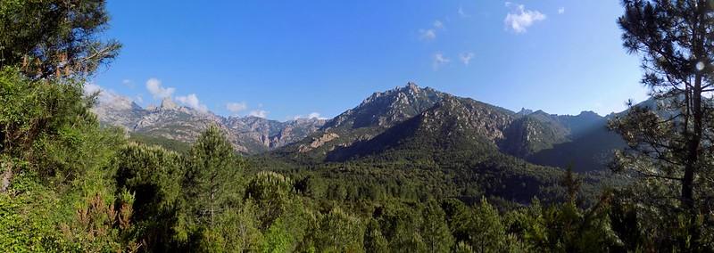 Panoramique du Haut-Cavu depuis la piste en RD de la Sainte-Lucie (Photo Olivier Hespel)