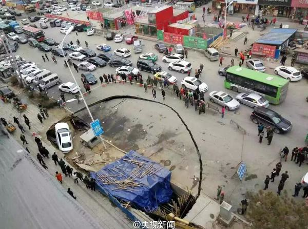 Civil air defense projects under construction collapses in tieling, Liaoning province, roadside car was engulfed