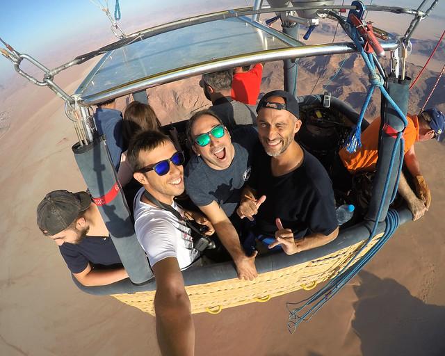 Los 3 subidos en nuestro globo por Wadi Rum más contento que unas pascuas