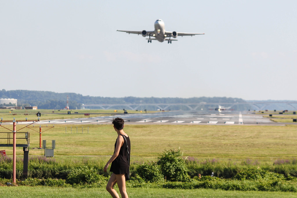 Plane takes off over pedestrian at Gravelly Point