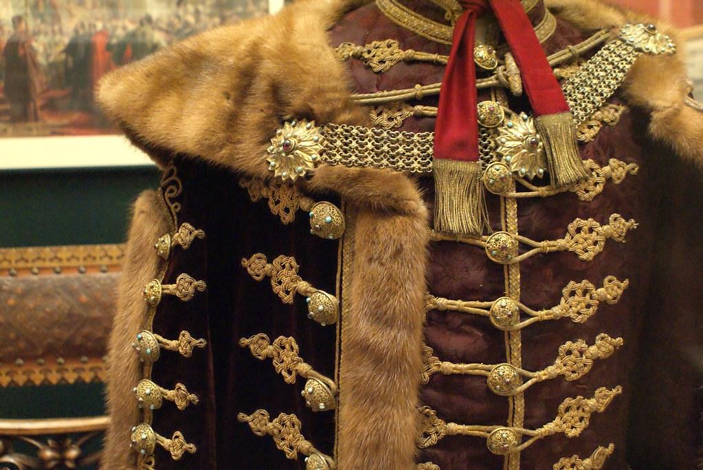 Les manteaux militaires et les armes constituent une importante partie de la collection.