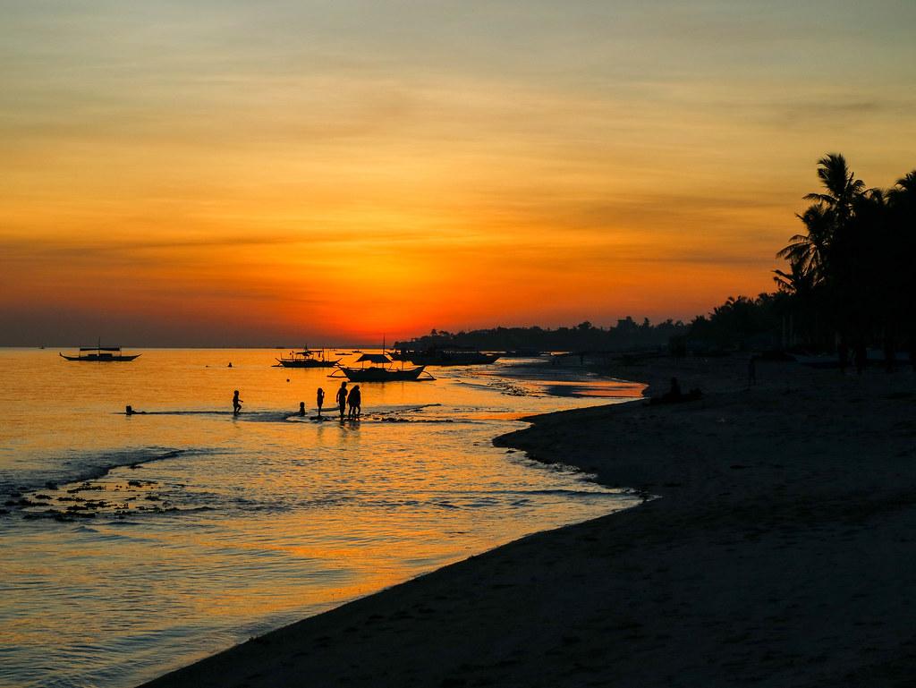 Puesta de sol en la isla de Bantayan en Filipinas
