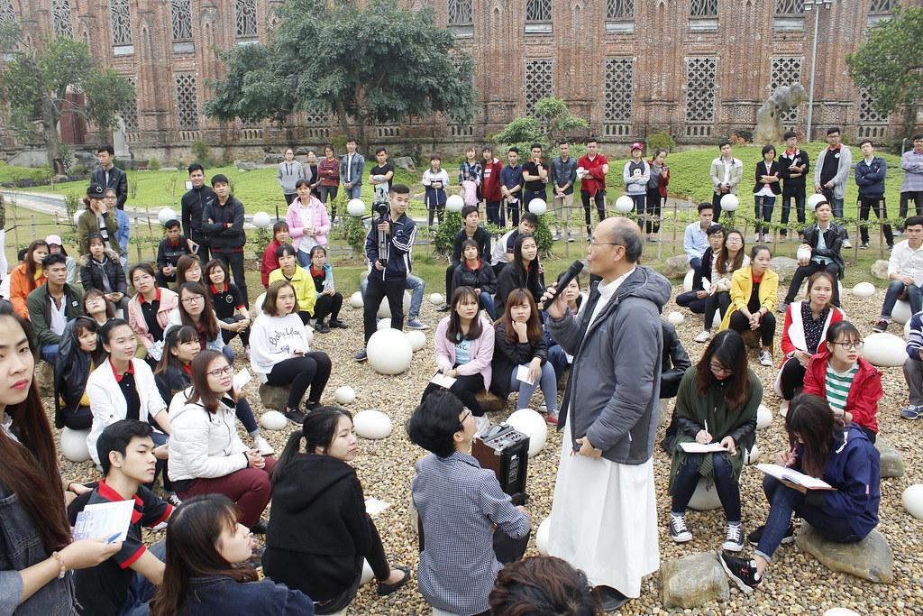 Vẻ mặt chăm chú và thích thú khi được Đức Tổng Giuse nói về thông điệp của Đức Mẹ Fatima và vườn Fatima.