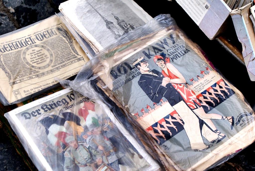 Différentes revues des années 20/30 en différentes langues sur le marché aux livres de Lviv.