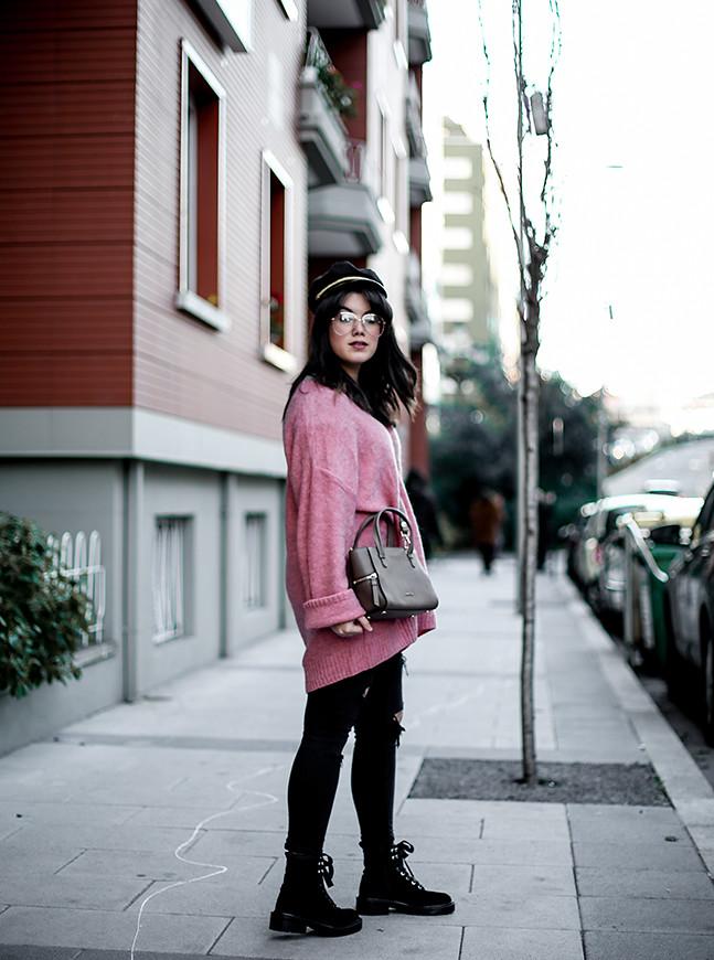 maxi-jersey-rosa-hm-pantalones-rotos-botas-terciopelo-stradivarius-carmen-acosta-streetstyle8