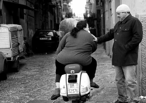 EE3V0636_RT8 Donna grassa in Vespa (bw-EOS-F) | by abschied
