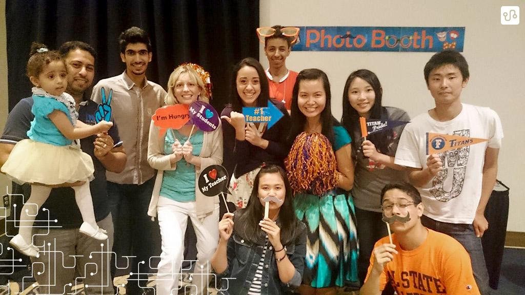 Alguns dos alunos e duas professoras na festa de encerramento do American Language Program no verão