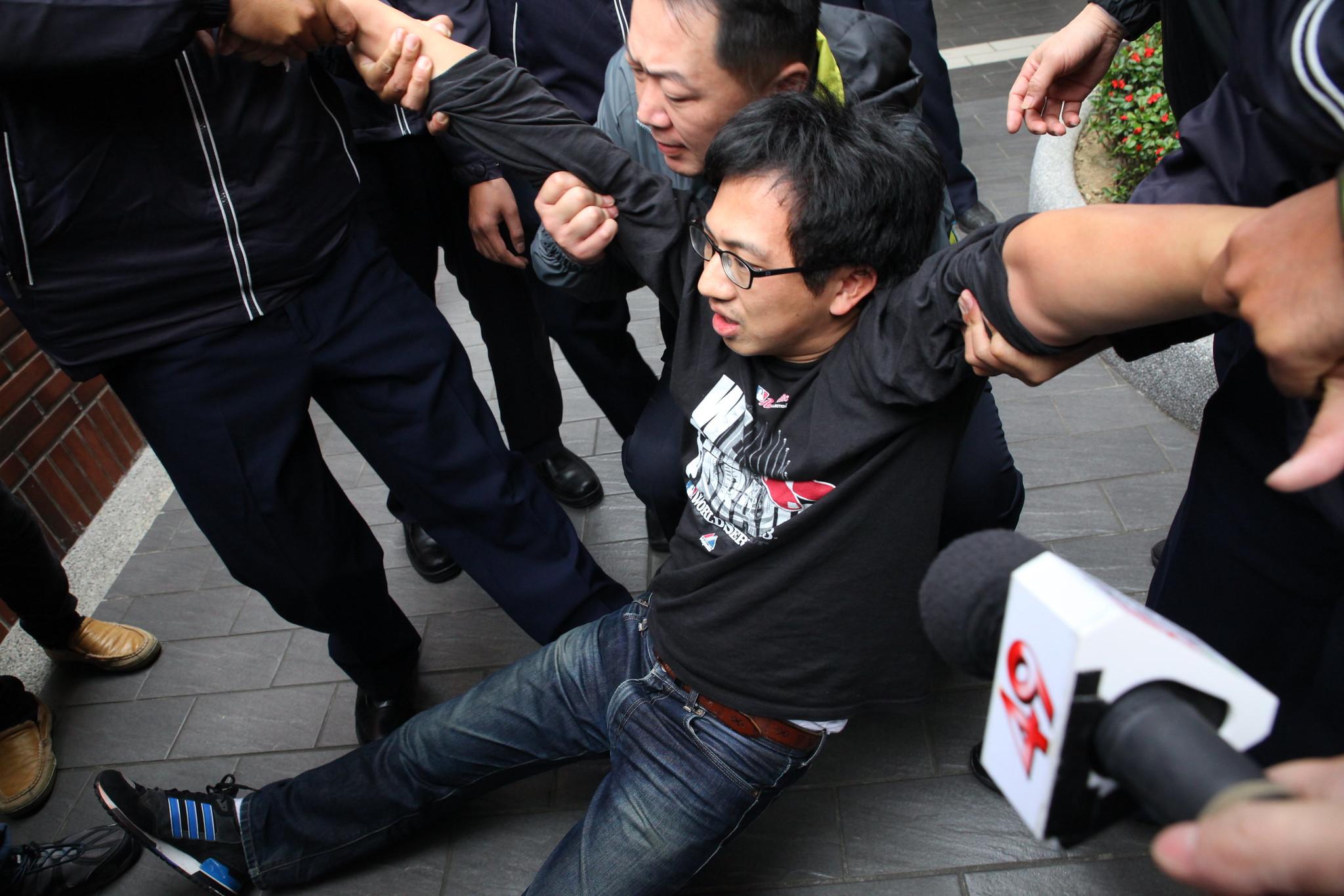 推擠過後,桃產總秘書長姚光祖遭警方以毀損公物逮補。(攝影:陳逸婷)