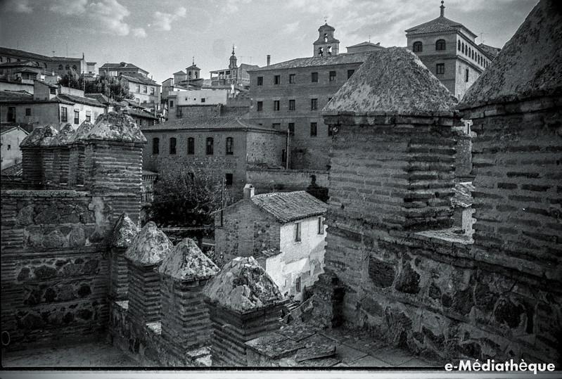 Vista desde la Puerta del Sol de Toledo en agosto de 1965. Fotografía de Jacques Revault © e-Médiathèque | Médiathèque SHS de la Maison méditerranéenne des sciences de l'homme