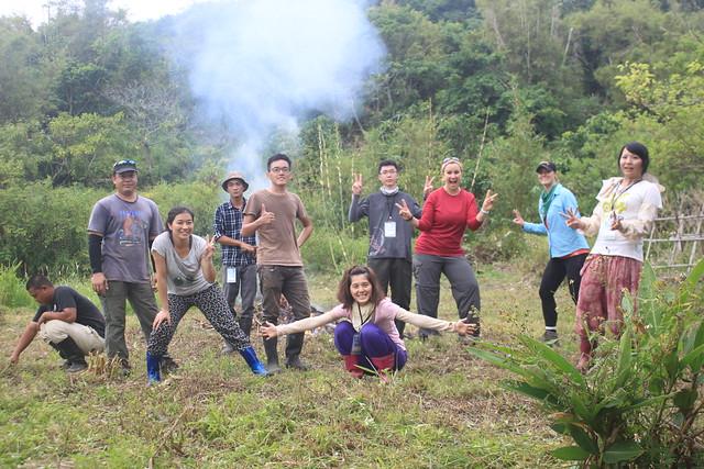 志工與清除完畢的火龍果園