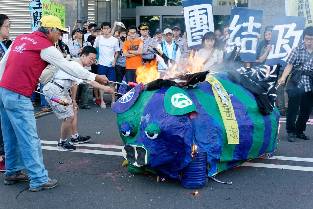 活動的最高潮,由四大戰線的代表同時點火,當街焚毀藍綠小豬。(攝影:林佳禾)