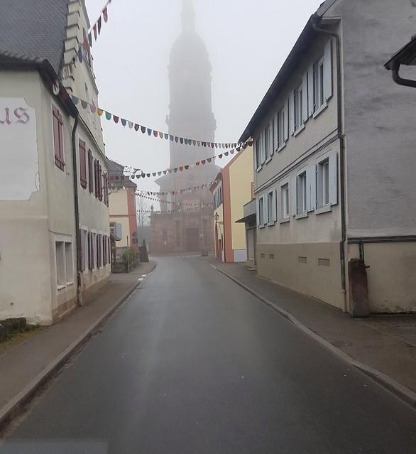 Kirche im Nebel - Vorbereitungen für Fasching