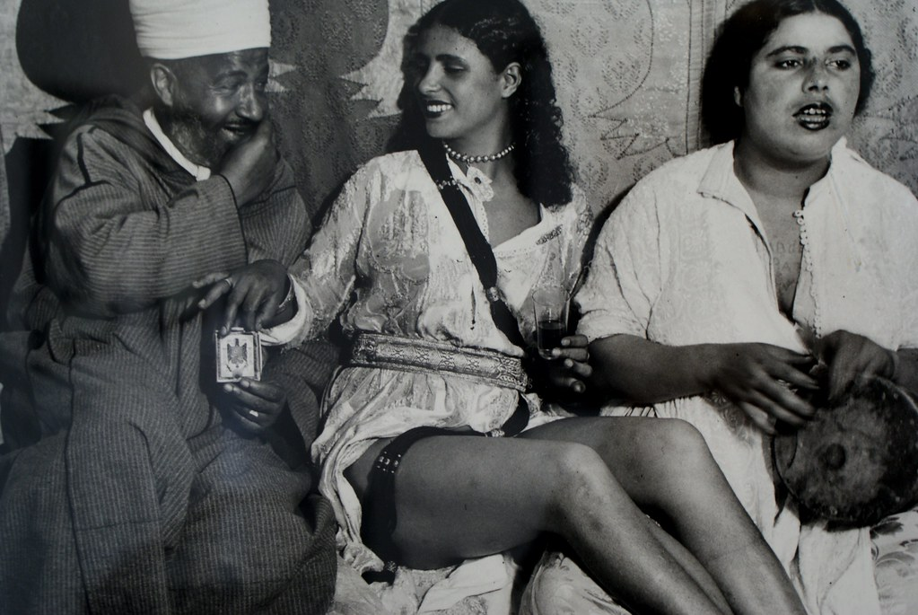 Nicolas Muller et sa photo de courtisane acceptant l'invitation d'une cigarette d'un homme gourmand trop heureux de lui offrir une. Maison de la Photo à Marrakech