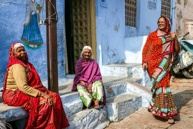 Women in flont of a blue house, Jodhpur, India ジョードプル 青い家の前で談笑していた女性たち