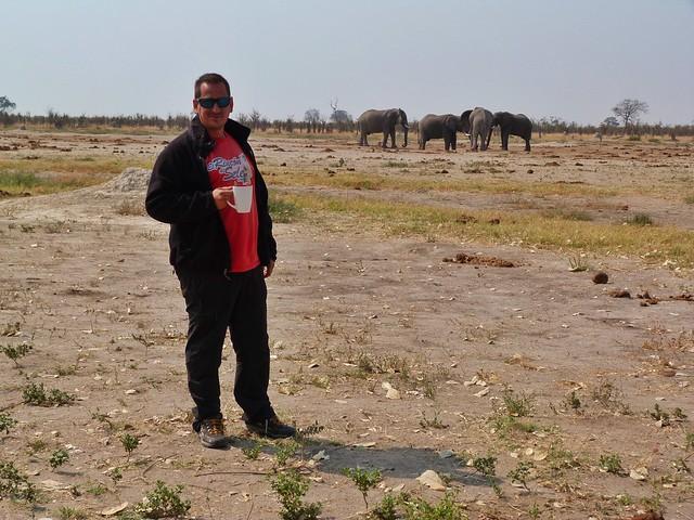 Sele tomando un café (safari móvil en Botswana con Mopane)