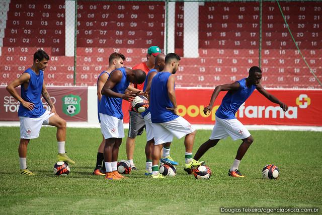Elenco da Portuguesa Santista treina fundamentos sob os olhares do técnico Ricardo Costa