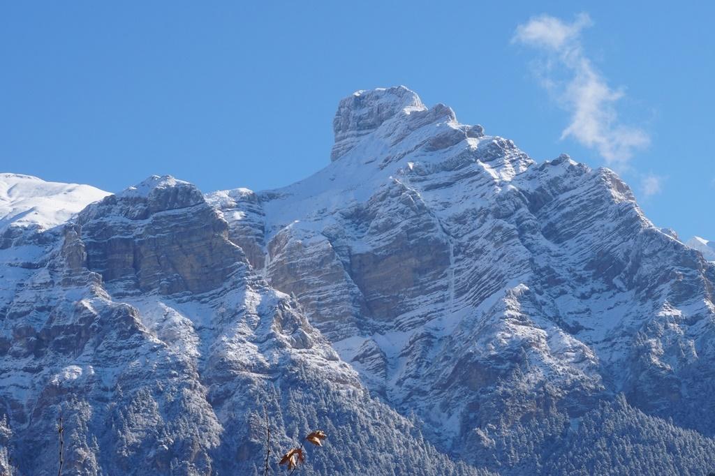 Η  λεπτή παγωμένη γραμμή της νέας διαδρομής στην εντυπωσιακή κορυφή Ρόκα