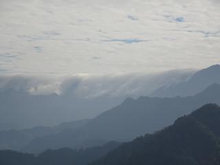 感覺依山而走的雲