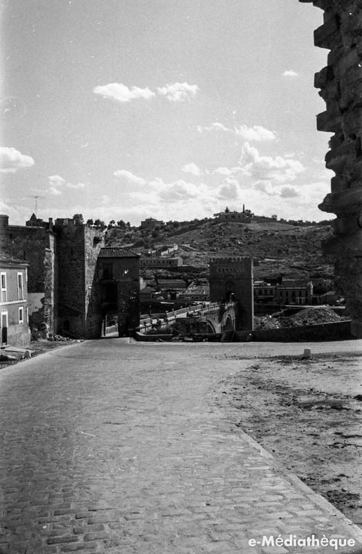Puente de San Martín en Toledo en agosto de 1965. Fotografía de Jacques Revault © e-Médiathèque | Médiathèque SHS de la Maison méditerranéenne des sciences de l'homme