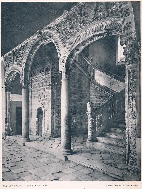 Escalera del Hospital de Santa Cruz. Del libro Petits Édifices, publicado en Paris en 1928 por los editores Vincent, Fréal et Cie.