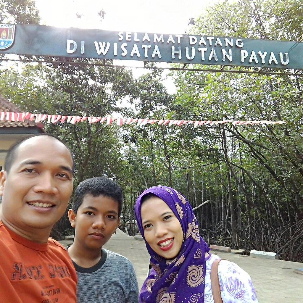 Wefie di gerbang masuk Hutan Wisata Payau Tritih Cilacap. We are Forester di #hutan #mangrove #cilacap