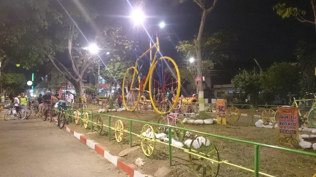 monumento a la bicicleta barrio jard n cali colombia u