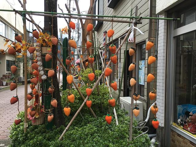 由布院車站附近的商店街門口的柿子掛飾