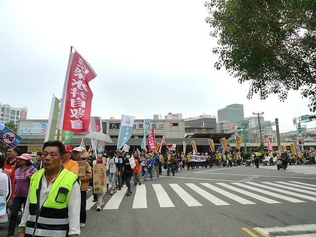 遊行大隊,途經週末人潮最多的台南火車站,讓更多的民眾知道「空污」一來,沒有人逃得了。