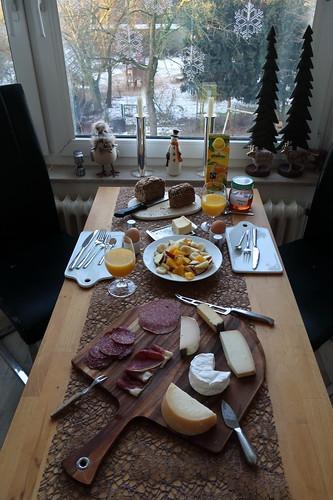 Ausgedehntes Frühstück am Sonntagmorgen mit tollem Aufschnitt, leckerem Brot und frischem Obstsalat