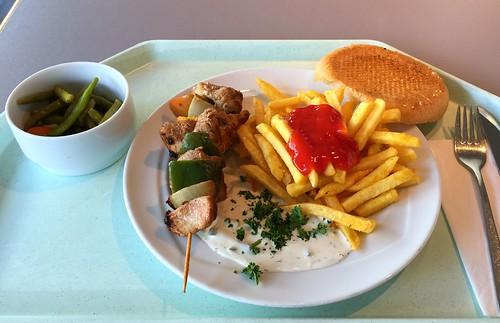 Souvlaki - Pork skewer with onion, bell pepper, tzatziki, pita & french fries / Fleischspieß vom Schwein mit Zwiebeln, Paprika, Tzatziki, Pita & Pommes Frites