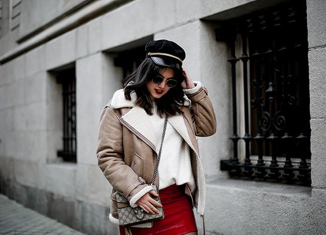 falda charol rojo chaqueta borreguillo botas militares terciopelo stradivarius streetstyle2