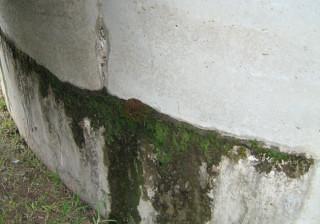 tanque de agua potable deteriorado con moho y agrietamiento