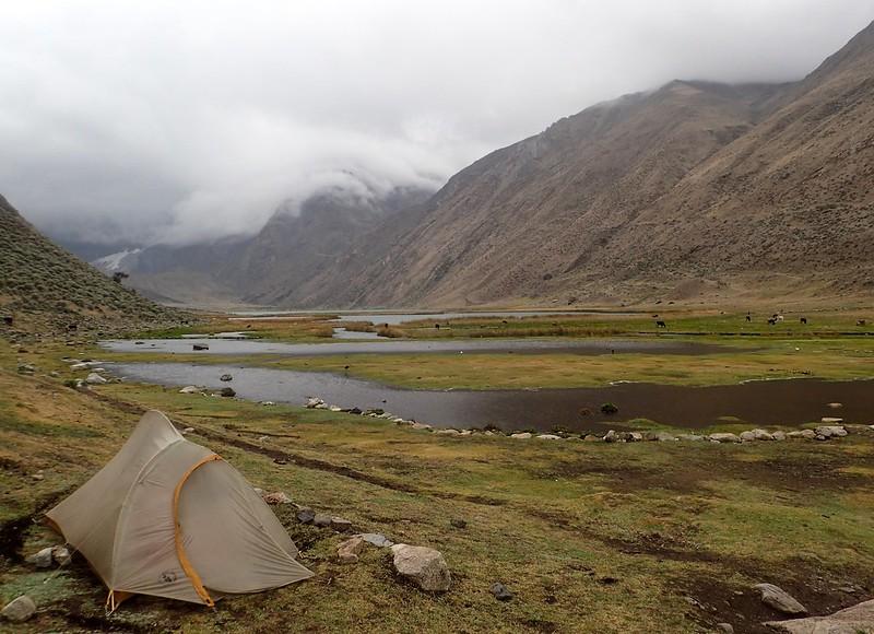 Acampando en la laguna Jahuacocha (4.100 metros).