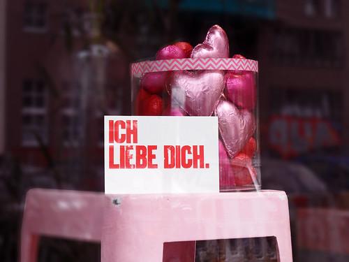 """Schaufensterdeko mit Schokoherzen und Postkarte """"Ich liebe Dich"""" zum Valentinstag"""
