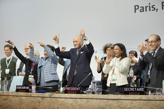 巴黎協議正式通過的歷史性時刻。照片來源:聯合國氣候變遷綱要公約秘書處。