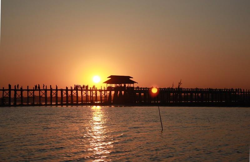 Закат на мосту, Мандалай