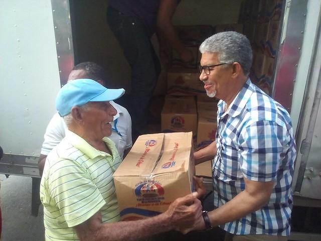 Gobernaciones provinciales entregan cajas navideñas