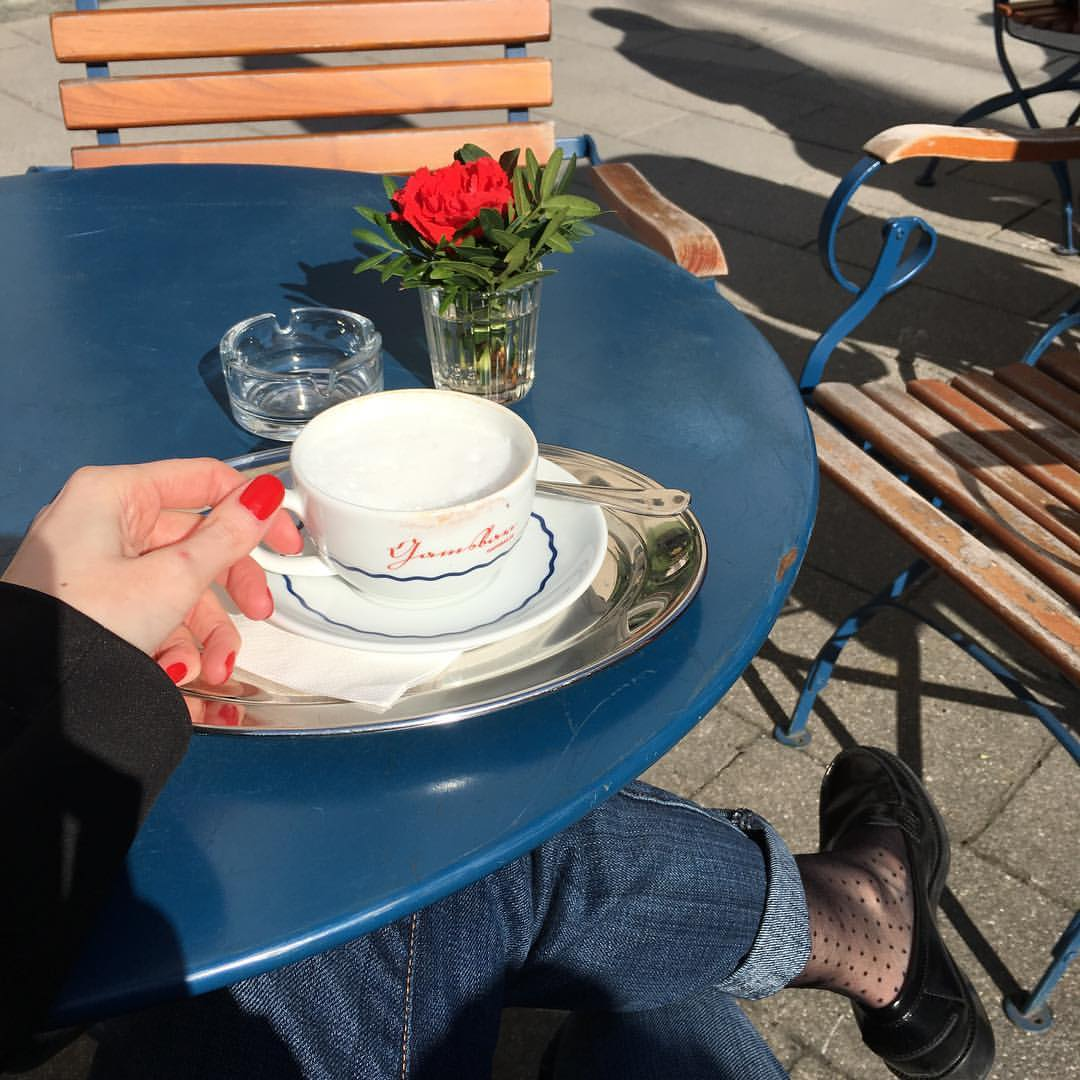 First coffee outside this season // Время весеннего маникюра и весенних носочков