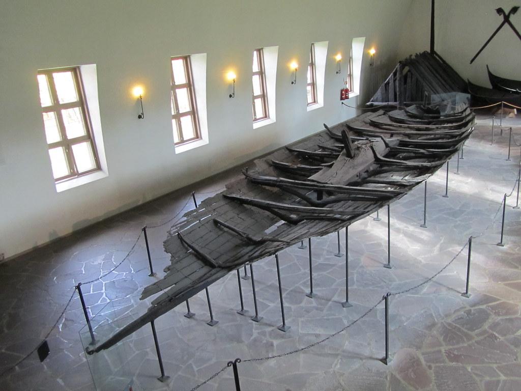 Barco sin restaurar en el museo del barco vikingo de Oslo