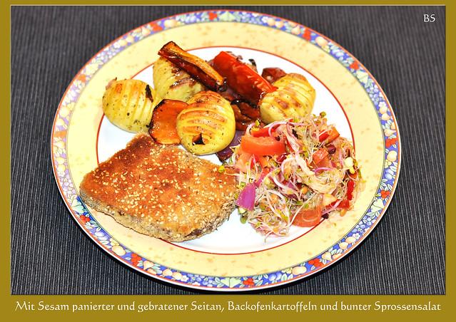 Mit Sesam panierter und gebratener Seitan, Backofenkartoffeln, gegrillte Paprikaschoten und ein bunter Sprossensalat ... eiweißreiches Weizenprodukt ... vegetarisch, vegan, köstlich ... Foto: Brigitte Stolle, Mannheim